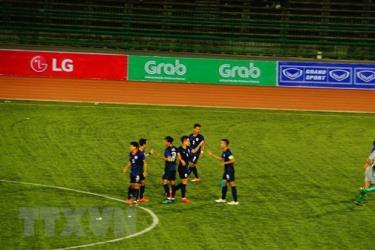 Các cầu thủ U22 Campuchia ăn mừng sau một bàn thắng.