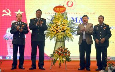 Đồng chí Dương Văn Thống – Phó Bí thư Thường trực Tỉnh ủy, Trưởng Đoàn Đại biểu Quốc hội khóa XIV tỉnh tặng hoa chúc mừng Hội CCB tỉnh tại buổi gặp mặt.