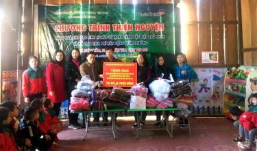 Ngân hàng Thương mại cổ phần công thương Việt Nam chi nhánh tỉnh Hải Dương, đã tổ chức trao quà và hỗ trợ 45 triệu đồng kinh phí tặng quà cho 38 học sinh điểm trường Khe Đóm, xã Xuân Tầm, huyện Văn Yên.