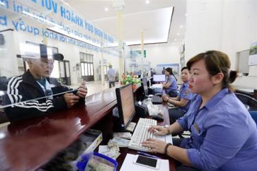 Nhân viên ngành Đường sắt bán vé tàu cho hành khách tại Ga Hà Nội.