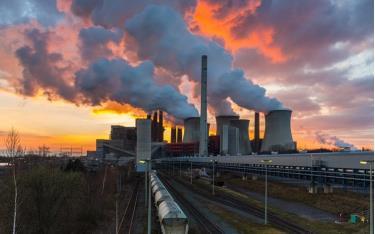 Khí thải từ hoạt động công nghiệp của con người.
