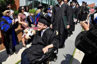 Trần Mạnh Chánh Quân tiến vào lễ đường ngày nhận bằng tốt nghiệp ĐH Georgia Gwinnett, Mỹ.