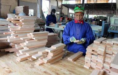 Người lao động tại các doanh nghiệp trên địa bàn huyện Trấn Yên được đóng bảo hiểm xã hội đầy đủ.