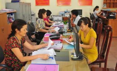 Bộ phận một cửa Chi cục Thuế huyện Trấn Yên hướng dẫn người nộp thuế các thủ tục thuế.