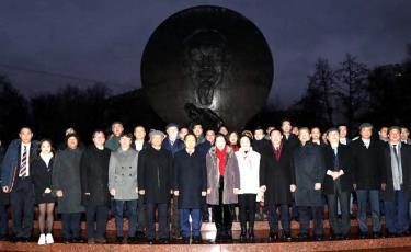 Sáng 10/12, Chủ tịch Quốc hội Nguyễn Thị Kim Ngân đặt vòng hoa tại Quảng trường Hồ Chí Minh ở Moskva.