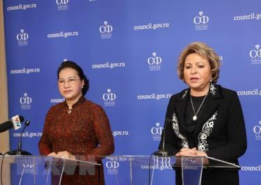 Chủ tịch Quốc hội Nguyễn Thị Kim Ngân và Chủ tịch Hội đồng Liên bang Nga V. Matvienko họp báo sau hội đàm.
