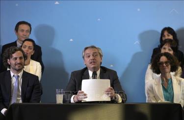 Tổng thống đắc cử Argentina Alberto Fernandez (giữa) công bố thành phần nội các mới tại Buenos Aires,ngày 6/12/2019.