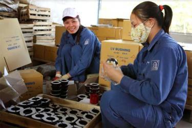 Công nhân Công ty cổ phần Sứ kỹ thuật Hoàng Liên Sơn đóng gói sản phẩm xuất khẩu cuối năm.
