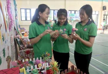 Qua bàn tay khéo léo, các sinh viên Khoa Giáo dục mầm non, Trường Cao đẳng Sư phạm Yên Bái đã biến phế liệu thành những sản phẩm hữu ích trong cuộc sống.