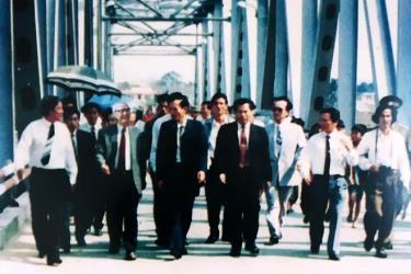 Phóng viên Báo Yên Bái hoạt động nghiệp vụ trong chuyến thăm và làm việc của thủ tướng Võ Văn Kiệt tại tỉnh Yên Bái năm 1993.