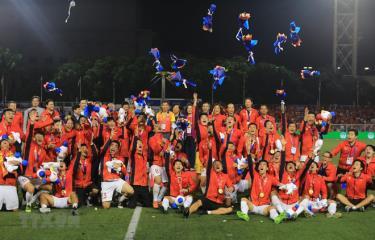 Đội U22 Việt Nam nhận chiếc huy chương Vàng lịch sử môn bóng đá nam tại SEA Games.