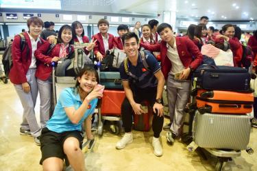 Các cầu thủ của đội tuyển bóng đá nam và nữ chụp ảnh chung trước khi làm thủ tục check in tại sân bay quốc tế Ninoy Aquino, thủ đô Manila (Philippines).