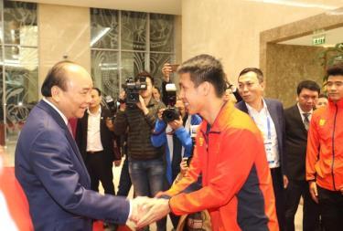 Thủ tướng chúc mừng các cầu thủ bóng đá Việt Nam.
