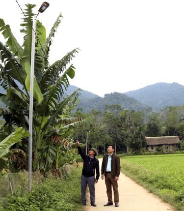 Lãnh đạo xã Khánh Thiện thăm công trình thắp sáng đường quê.