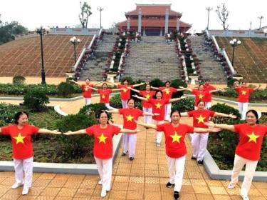 """Thành viên Câu lạc bộ """"Sức khỏe ngoài trời"""" thành phố Yên Bái tham gia luyện tập thể dục, thể thao."""