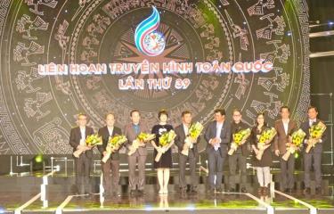 Đại diện Ban tổ chức Liên hoan tặng hoa Ban giám khảo.