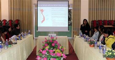 Đại diện Quỹ AIP trao đổi với đại diện các nhà trường và phụ huynh học sinh về kết quả khảo sát của Dự án.