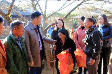 Đồng chí Dương Văn Tiến – Phó Chủ tịch UBND tỉnh thăm, tặng quà nhân dân sinh sống tại chòm Cu Vai, thôn Háng Xê, xã Xà Hồ.