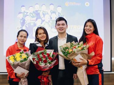 Ông Đỗ Vinh Quang - Phó Giám đốc Ban Quản trị và Phát triển Thể thao Tập đoàn T&T Group, Trưởng ban tổ chức Strong Việt Nam trao thưởng cho 3 VĐV.