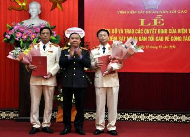Đồng chí Bùi Mạnh Cường - Phó Viện trưởng VKSND tối cao trao quyết định bổ nhiệm cho đồng chí Nguyễn Hoài Nam và đồng chí Lê Xuân Hùng