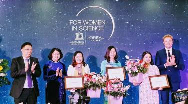Phó Chủ tịch nước Đặng Thị Ngọc Thịnh trao giải cho 3 nhà khoa học.