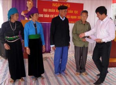 Đồng chí Giàng A Tông - Chủ tịch Ủy ban Mặt trận Tổ quốc Việt Nam tỉnh tặng quà, biểu dương các hộ đạt tiêu chuẩn Gia đình văn hóa tiêu biểu của thôn Bản Tào nhân Ngày hội Đại đoàn kết toàn dân tộc năm 2019.