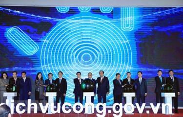 Thủ tướng Nguyễn Xuân Phúc và các đại biểu thực hiện nghi thức khai trương Cổng Dịch vụ công Quốc gia.