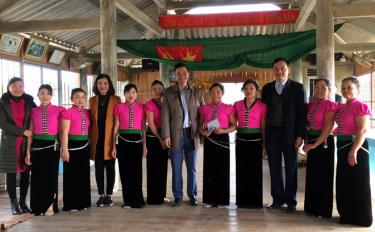 Đoàn công tác thăm nhà văn hóa và đội văn nghệ dân tộc bản Ao Luông, xã Sơn A.