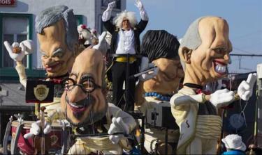 Xe diễu hành có hình Thủ tướng Bỉ Charles Michel và các chính trị gia khác tại lễ hội Aalst năm 2015.