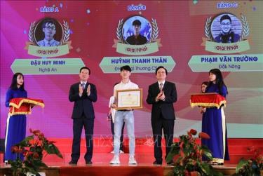 Trưởng Ban Tuyên giáo Trung ương Võ Văn Thưởng cùng Bộ trưởng Bộ Giáo dục và Đào tạo Phùng Xuân Nhạ trao giải Nhất cho thí sinh đạt giải.