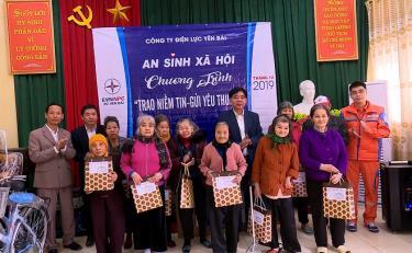 Đồng chí Nguyễn Hữu Nghị - Phó Giám đốc Công ty Điện lực Yên Bái tặng quà cho các đối tượng tại Trung tâm