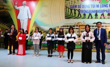 Lãnh đạo Trường THPT Chuyên Nguyễn Tất Thành và Quỹ Bảo vệ môi trường tỉnh trao giải nhất, nhì cho các em học sinh đạt giải trong 2 phần thi văn nghệ và vẽ tranh.