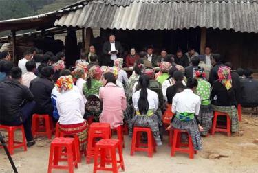Một buổi họp thôn Chống Khua công bố quyết định sáp nhập.
