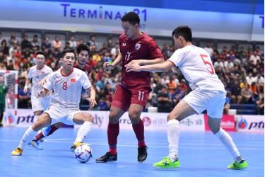 Tuyển futsal Việt Nam (áo trắng) để thua Thái Lan.
