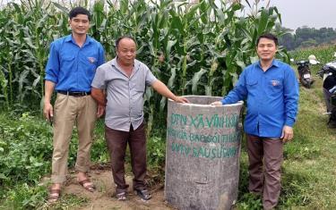 Đoàn viên thanh niên huyện Yên Bình xây dựng bể chứa rác thải trên đồng ruộng.