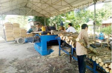 Lao động địa phương làm việc tại xưởng chế biến gỗ rừng trồng thôn Nà Khao, xã Yên Thắng, huyện Lục Yên.