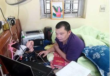 Dù bị tàn tật nhưng anh Lý Xuân Tuyến không ngừng vươn lên, tự học hỏi, trau dồi kỹ năng để giúp đỡ học sinh quê mình.