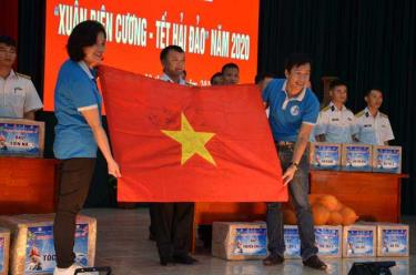 CLB Tuổi Trẻ vì biển đảo quê hương tặng lá cờ Tổ quốc có chữ ký của các tuyển thủ U22 Việt Nam cho cán bộ, chiến sĩ đang làm nhiệm vụ trên quần đảo Trường Sa.