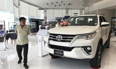 Khách tham khảo mua xe tại một đại lý Toyota ở quận Bình Thạnh.