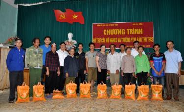 Đảng ủy Khối các cơ quan tỉnh thường xuyên tổ chức nhiều đợt thăm hỏi, tặng quà nhân dân vùng đặc biệt khó khăn.