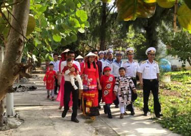 Cán bộ, chiến sĩ và nhân dân đảo Song Tử Tây du xuân những ngày đầu năm.