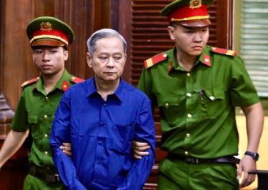 Ông Tín được dẫn giải đến tòa.
