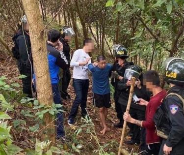 Nghi can Hoàng Văn Chín bị lực lượng chức bắt giữ khi đang lẩn trốn trên đồi.