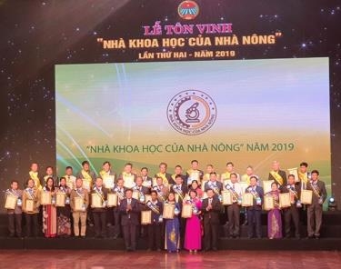 Phó Thủ tướng Vương Đình Huệ và Chủ tịch Hội Nông dân Việt Nam Thào Xuân Sùng trao chứng nhận và cúp danh dự cho các nhà khoa học