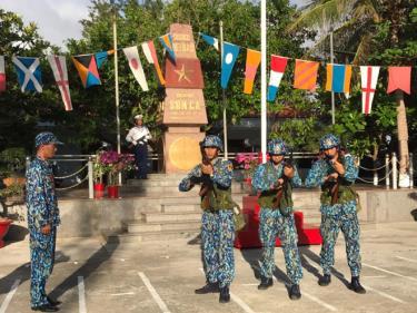 Cán bộ, chiến sĩ đảo Sơn Ca khám, kiểm tra vũ khí trước giờ tuần tra.