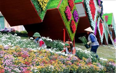 Đường hoa xuân Tết Nguyên đán 2019 ở thành phố Yên Bái thu hút nhiều du khách gần xa. (Ảnh minh họa)