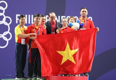 Vương Thị Huyền và đồng đội ăn mừng chiến thắng.