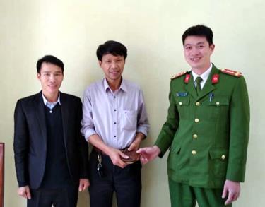 Ông Hoàng Đình Đạt nhận lại chiếc ví của mình.