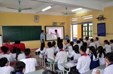 Giáo viên hướng dẫn học sinh tương tác trên bảng thông minh trong một giờ học ở Trường THCS Lê Hồng Phong.