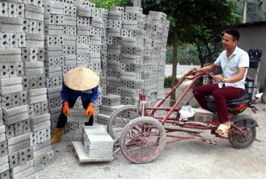 Anh La Đình Yên sử dụng chiếc xe vận chuyển gạch do anh tự chế tạo.